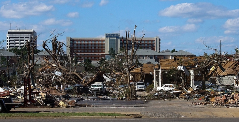 Tornado damage in Tuscaloosa, Ala. Photo: Thilo Parg via Wikimedia Commons; Lice